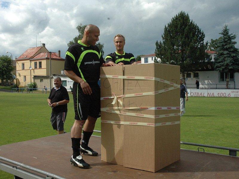 Proboštovský Hynek Chalupník se loučil s fotbalem... Co asi v krabici bude?