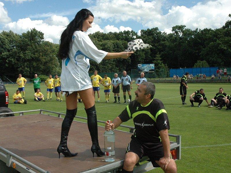 Proboštovský Hynek Chalupník se loučil s fotbalem...Tak tohle oslavenec nečekal...Vnadnou striptérku...