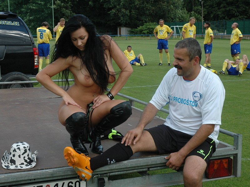 Proboštovský Hynek Chalupník se loučil s fotbalem...Dolů šly i kalhotky... Děvče se nestydí