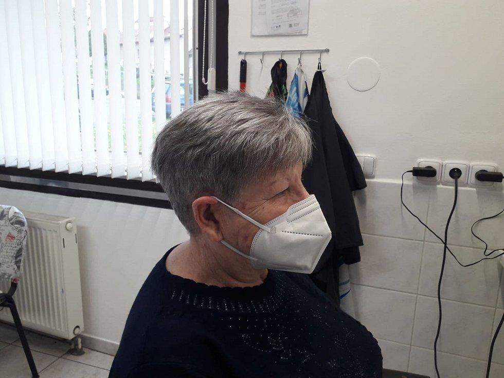 Jana Pluhařová, která má kadeřnictví ve Zdounkách, upravila jedné ze stálých zákaznic účes. Snímek po úpravě vlasů...