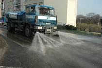 Auto čistí ulici