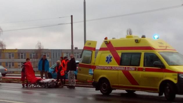 V Ústí se auto střetlo s chodcem, nehoda se stala v ulici Sociální péče na přechodu nedaleko marketu Billa.
