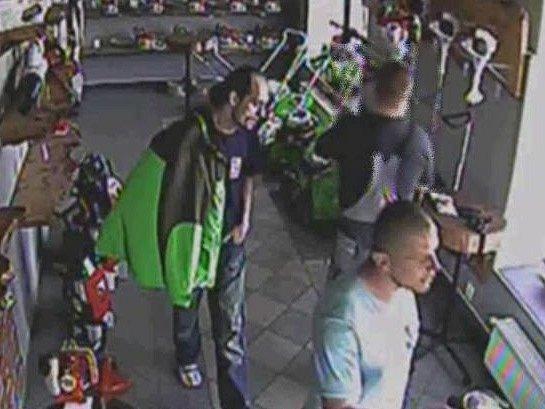 Dvojice podezřelých mužů. Pachatel a spolupachatel.