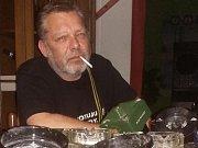"""""""Típnul jsem poslední cigaretu, sebral popelníky a uklidil je do poličky,"""" říká v důsledku zákazu kouření v hospodách provozovatel teplické pivnice U Benyho Pavel Benek."""