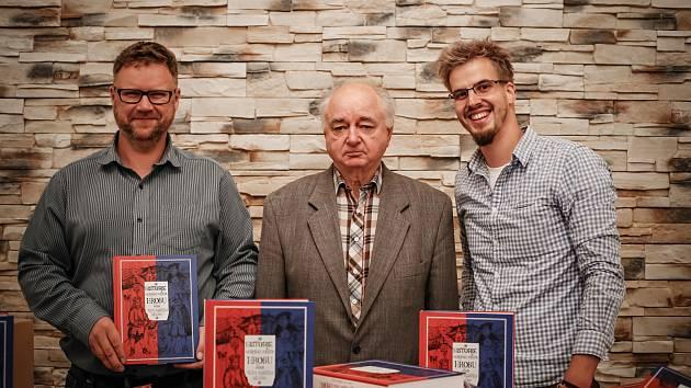 Starosta Hrobu Jiří Fürst, autor knihy Historie horního města Hrobu Josef Brabec a vydavatel Marek Kratochvíl