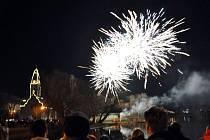 Tradiční novoroční ohňostroj u rybníka Barbora v Duchcově.