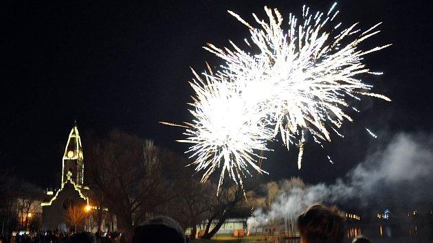 Tradiční novoroční ohňostroj u rybníka Barbora v Duchcově