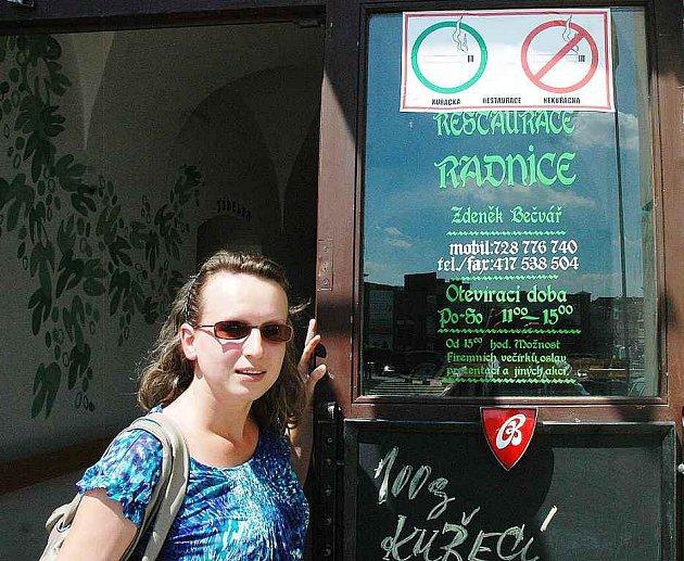 NOVÉ NAŘIZENÍ V PRAXI. Restaurace musejí mít označeno, zda se v interiéru dá kouřit, či nikoliv.
