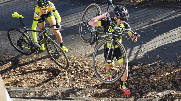 Závod juniorů ve Slaném vyhrál Jan Zatloukal. Lounský Pavel Jindřich (ve žlutočerném s číslem 6) byl v národním poháru cyklokrosařů osmý, když ho po startu potkal nešťastný pád.