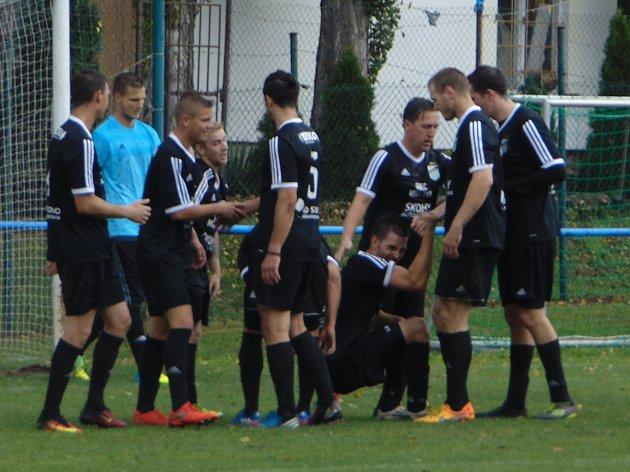 Spoluhráči zavalili šťastného střelce Jana Vavince (vstává uprostřed) po jeho parádní trefě.