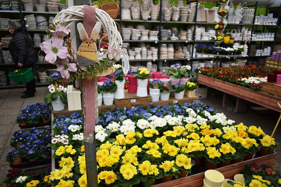 Koupit tak lze potraviny, dekorace v rámci domácích potřeb či pomlázku z proutí, resp. i jiné velikonoční rostliny běžně dostupné v květinářství.