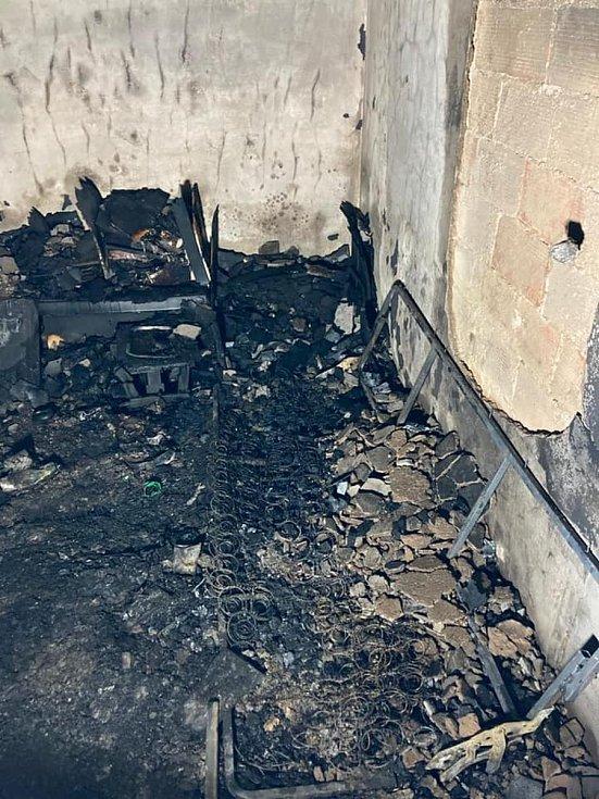 Vyhořelý byt v domě s pečovatelskou službou ve Hřbitovní ulici v Krupce.