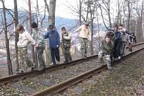 Děti netuší, že zde ještě občas projede vlak.