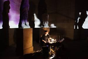 Impulz k projektu Monument/Um vzešel v roce 2015 u příležitosti Dnů evropského dědictví (EHD), kdy se konalo ojedinělé koncertní představení v pavilonu pro Reinerovu fresku v zámecké zahradě v Duchcově