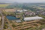 Společnosti Panattoni a Accolade vybudují u Hostomic nový průmyslový areál. V místě bývalé sklárny Kavalier. Vizualizace ukazuje, jak stavba zapadne do krajiny.