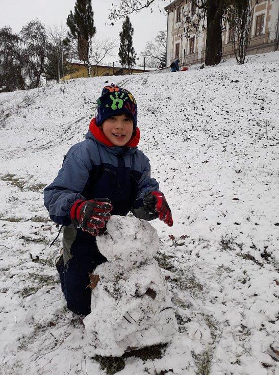 Děti z DD Tuchlov měly radost z bohaté sněhové nadílky.