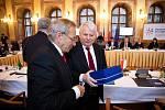 Šéfové Parlamentů V4 dostali porcelánové dary z Duchcova