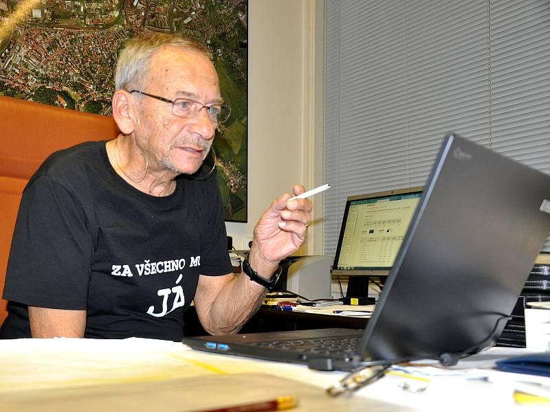 Jaroslav Kubera, sleduje výsledky voleb