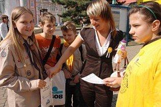 Skauti prodávali kytičky na podporu boje proti rakovině.