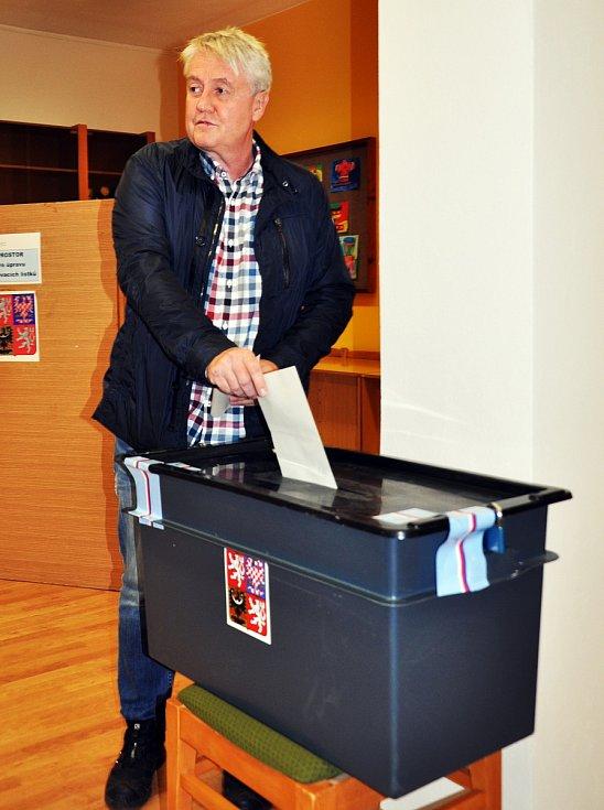 Volby ve volebním okrsku č.9. v Krupce Maršově začaly přesně ve 14 hodin. Mezi prvními byl starosta Zdeněk Matouš. O volební komisi se město postaralo, dovezli občerstvení, minerálky a každý člen dostal poukázky na oběd.