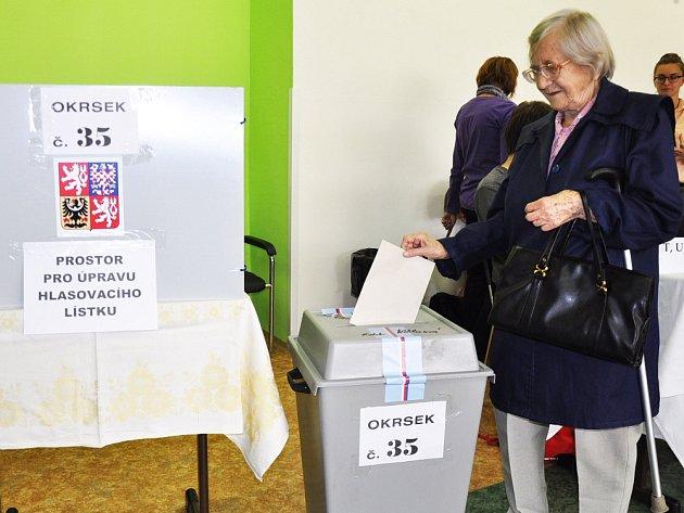 Marie Němcová ve volební místnosti vTeplicích.