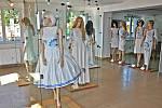 Výstava šatů Evy Stolařové.