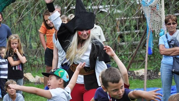 Skřítek Hrobčík otevřel s dětmi novou zahradu