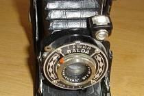 Jediným hodnotnějším předmětem je historický měchový fotoaparát Balda