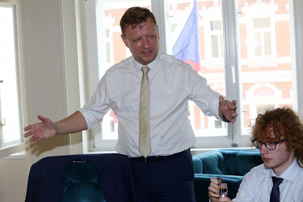 Kanditát Hynek Hanza během sčítání hlasů po druhém kole doplňovacích senátních voleb na Teplicku