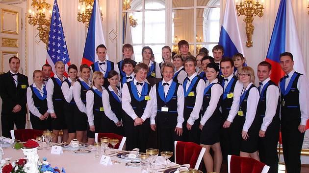 NA HRADĚ V PRAZE. Žáci teplické hotelové školy obsluhovali při slavnostním obědu prezidentů.