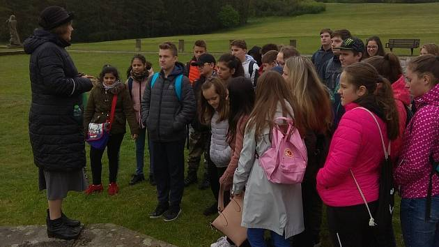 Děti ze ZŠ Dubí 2 navštívily Lidice, expozice je zaujala.