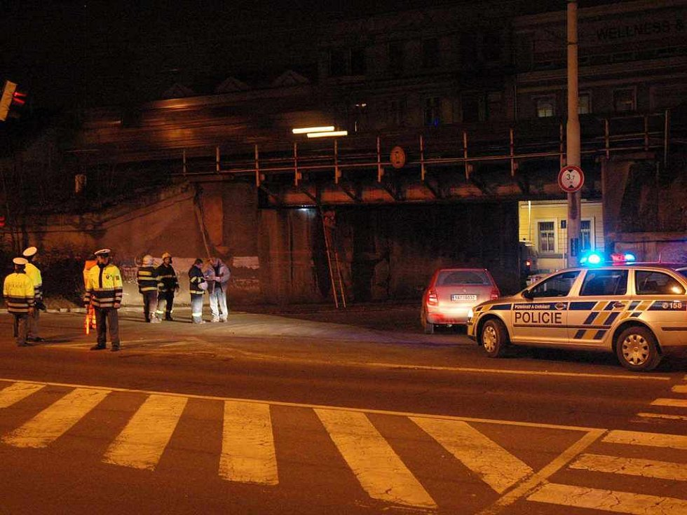 Nehoda kamionu zastavila na dvě hodiny železniční dopravu mezi Teplicemi a Řetenicemi.