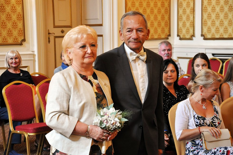 Své ano si zopakovali po 50 letech manželé Kuberovi ve svatební síni Zahradního domu.