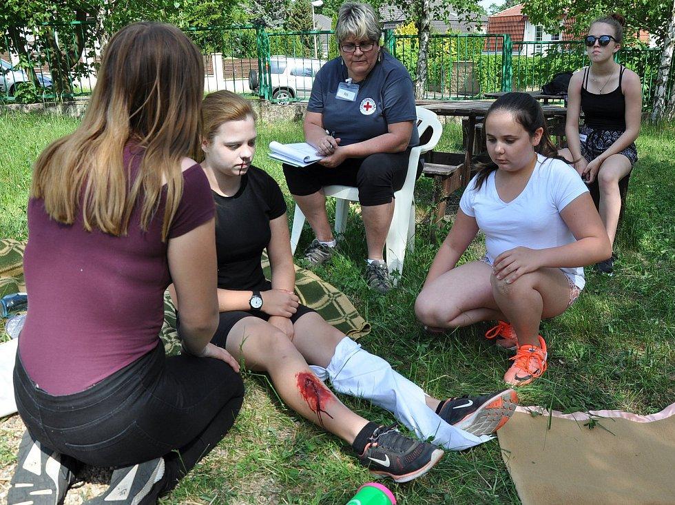 Oblastní kolo soutěže mladých zdravotníků ČČK se konalo v areálu ZŠ Bílá cesta v Teplicích.