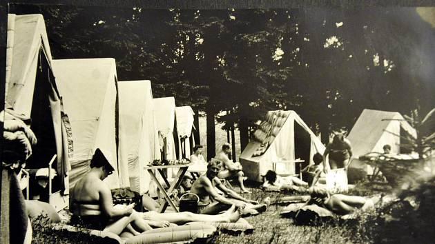 Letní tábor v Kunžaku u rybníka Komorník  v roce 1966.