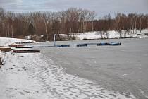 Zamrzlá Barbora v Oldřichově. Na bruslení tu podmínky nejsou zrovna dobré. Povrch ledové hladiny je nerovný. Foceno v úterý 29. ledna, led nebyl příliš pevný.