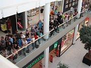 Šílenství v Galerii, lidé stáli několik hodin dlouhou frontu kvůli levným telefonům.