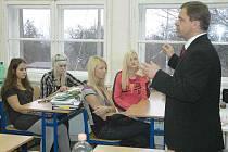 Starosta Petr Pípal přednášel na gymnáziu v Dubí