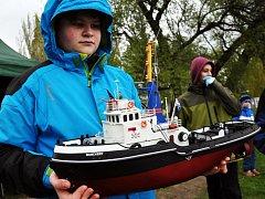 Klub lodních modelářů v Royal Duchcov uspořádal na zahájení sezóny závody modelů lodí řízených rádiem na rybníku Barbora.