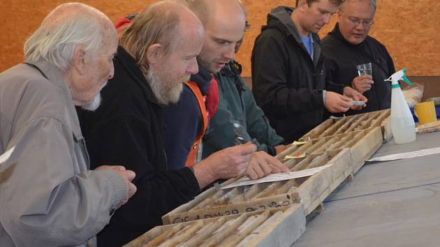 Geolog RNDr. Karel Breiter, DSc. (druhý zleva) při prozkoumávání hornin z vrtů na Cínovci.