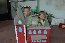 Děti z mateřské školy s papírovým modelem kostela.