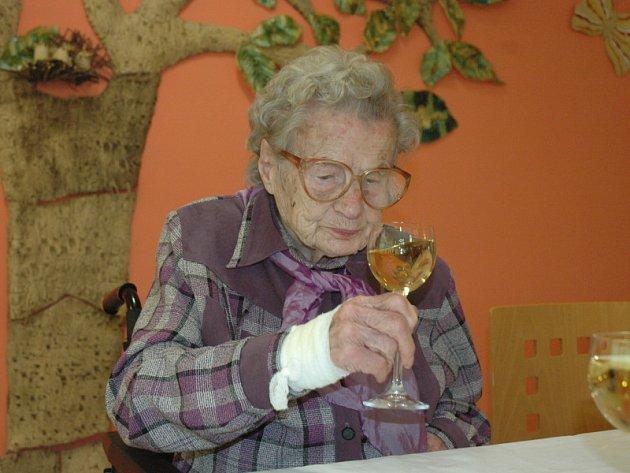 Josefina Šubiková oslavila sté narozeniny. Komu se to poštěstí?