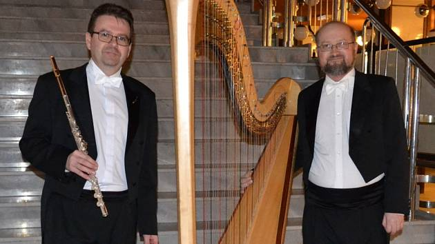 Hudebníci Severočeské filharmonie Martin Kůda (flétna) a Lukáš Dobrodinský (harfa)