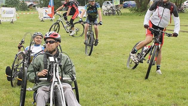 Mateřince pomohli handbikeři a cyklisté