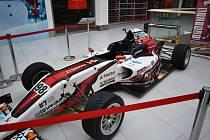 Závodní automobil v teplickém obchodním centru Galerie