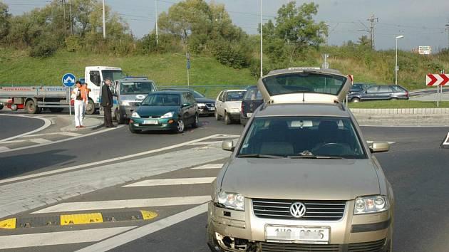 Nehoda tří aut zablokovala v pátek dopoledne provoz na kruhovém objezdu Riegrova – Okružní – Středová ulice.