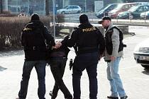 BYLI JSME PŘI TOM: POLICEJNÍ ZAKUKLENCI ZATKLI V TEPLICÍCH MUŽE