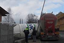 Obří nádrž na beton spadla. Vznikla škoda