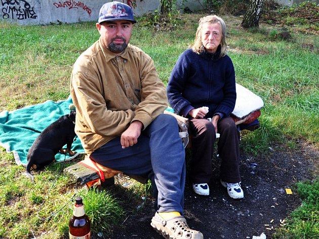 Sedmatřicetiletý Fanda žije se svojí nemocnou matkou na zastávce v Proboštově.