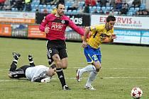 Mahmutoviče drží Lengyel za dres, za chvíli se mu pokusí míč vypíchnout skluzem